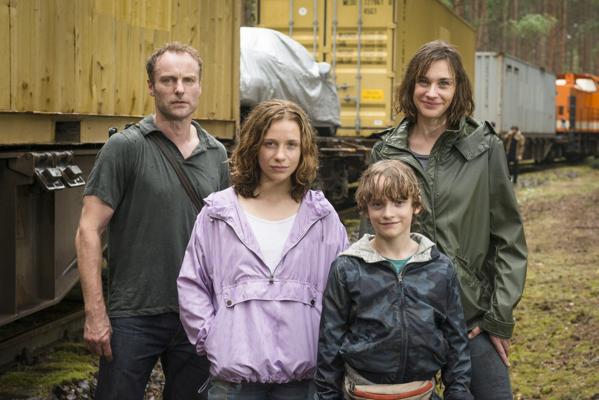 Die Schauspieler Mark Waschke, Lena Klenke, Claude Heinrich und Christiane Paul (v.l.n.r.) am Set von ACHT TAGE